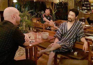 Johnny Trí Nguyễn tiếp Flores bằng trang phục giống đồ ngủ