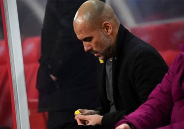 Lý do HLV Guardiola bị phạt nặng vì đeo vật lạ màu vàng trên áo