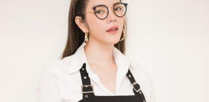 Lý Nhã Kỳ nhí nhảnh với quần yếm và kính Nobita