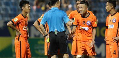 10 cầu thủ Đà Nẵng lao vào đòi nói chuyện phải trái với trọng tài