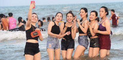 Hàng nghìn người nô đùa ở biển Vũng Tàu khi nhiệt độ gần 40 độ C