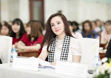 Ca sĩ Vy Oanh xinh đẹp, hào hứng giao lưu với sinh viên