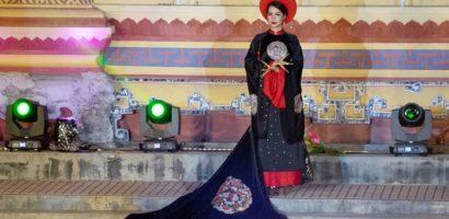 Người mẫu Việt mặc áo dài, đeo móng tay giống phụ nữ Mãn Thanh?
